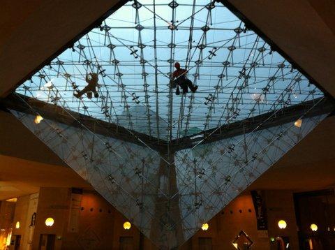 Nettpyage des vitres de la Pyramide du Louvre inversée